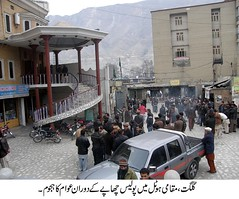 Police raided a hotel in Gilgit today. A large number of onlookers gathered in front of the hotel during the raid.