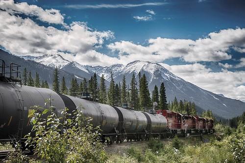 Scenic Image of Traveling Train and Mountains / Paysage de montagnes et d'un train en mouvement