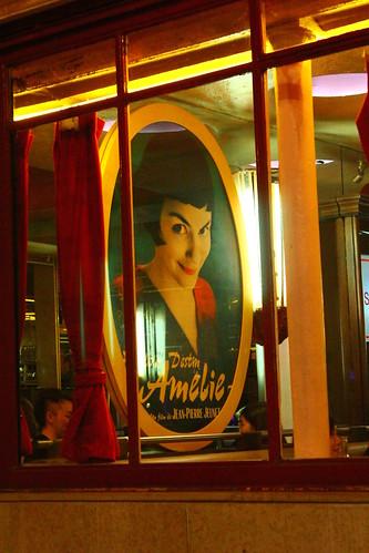 圖07「艾蜜莉的異想世界」電影海報,是雙磨坊咖啡館店內一大特色。