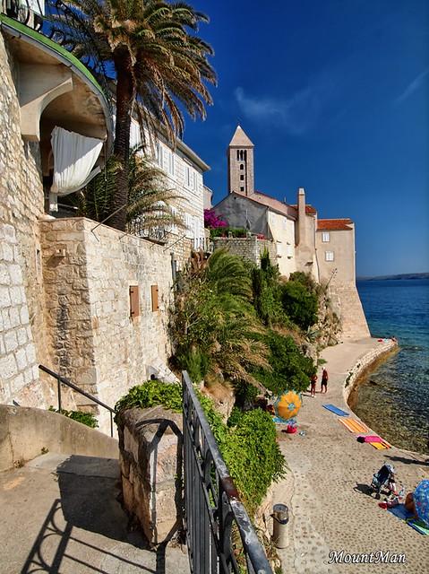 Rab - pogledi sa stepenica s Gornje ulice na plažu