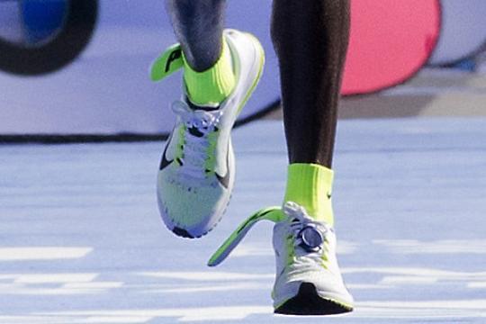 Eliud-Kipchoge-from-Kenia-crosses-the-finish-line-to-winn-the-42n