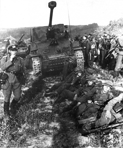 Marder III and troops at Dawn before the attack on Kursk