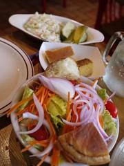 金, 2013-05-31 19:06 - サラダ、コーンブレッド、コールスローとピクルス