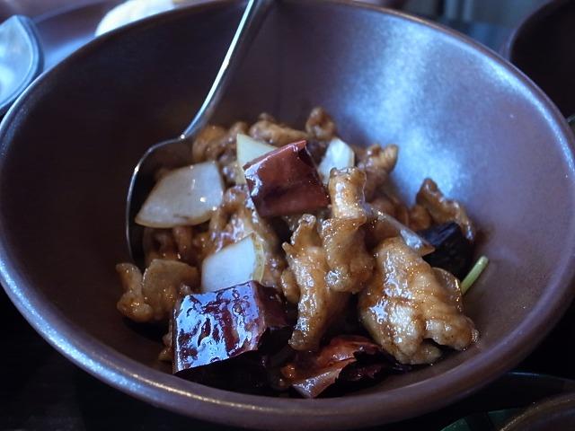 <p>h)Gai Pad Med Ma-muang<br /> チキンとカシューナッツの炒め物</p>