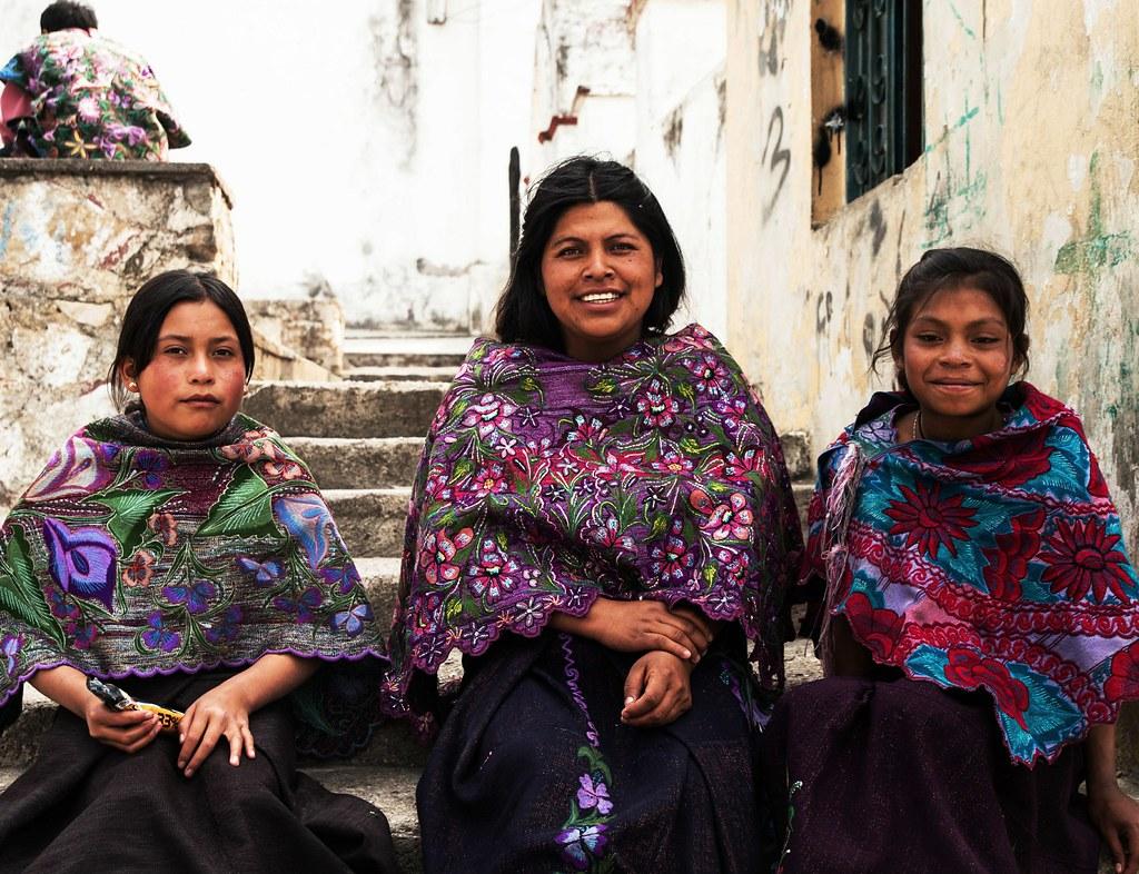 mujeres tzotziles sentadas en una escalera