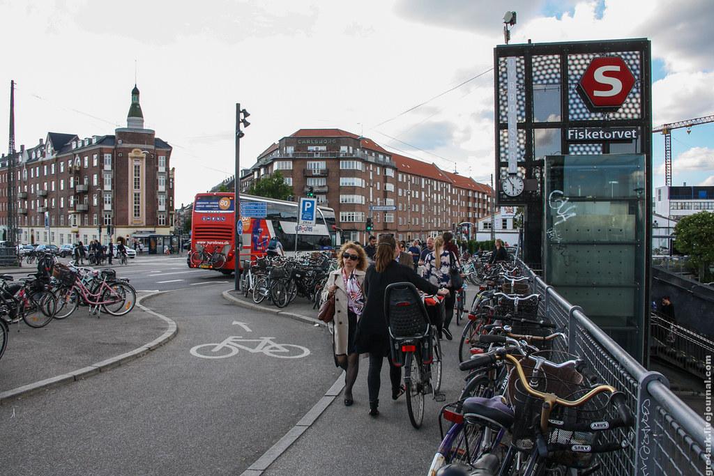 Переход через пути и спуск на жд станцию в Копенгагене