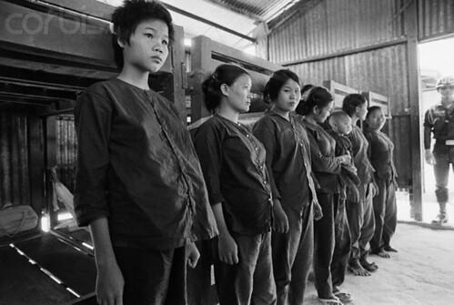 Bien Hoa, April 1970 - Doanh nhân Ross Perot, người sáng lập Electronic Data Systems, Inc, thăm một lớp học tại một tù nhân của chiến tranh trại ở Biên Hòa