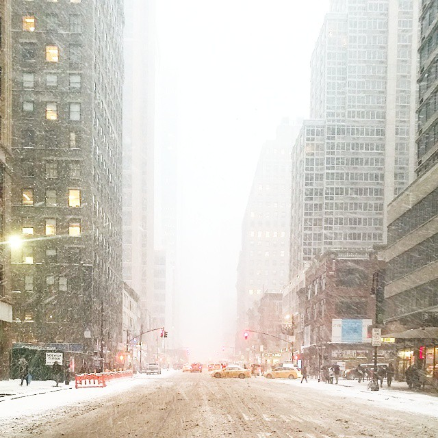 Is really snowing in NYC. #lovephotography #lonelyplanet #ourplanetdaily #earthpics #magicpict #amazing_pictures #welltravelled #worldbestshot_ig #worlderlust #teamtravelers #teamvl #newyork #natgeotravel #nationalgeographic #beautifuldestinations #bestco