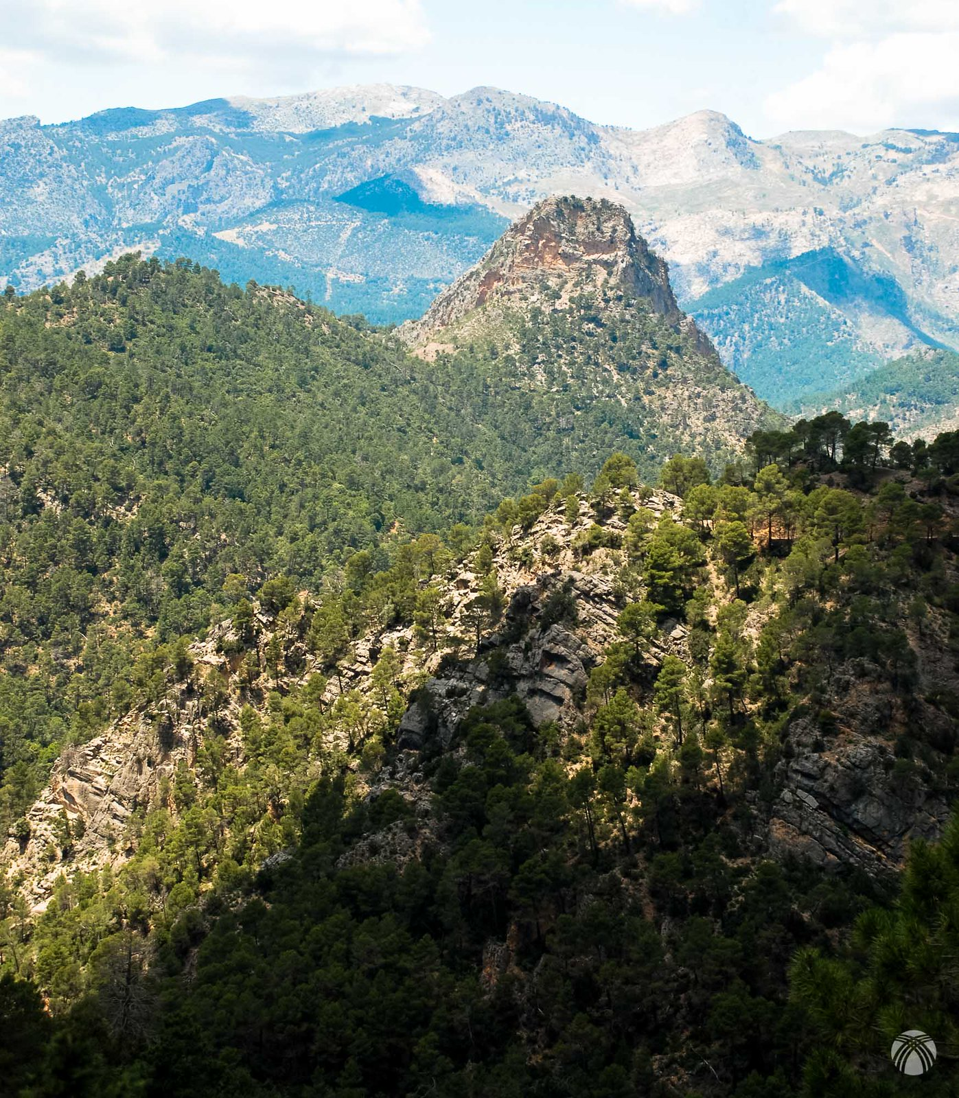 La sierra de las Villas aparece tras la piedra del Mulón
