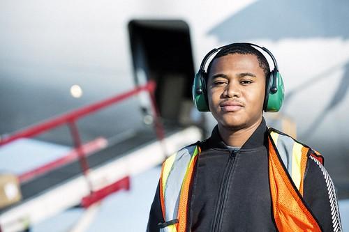 Male Youth Airside Worker / Jeune travailleur, côté piste
