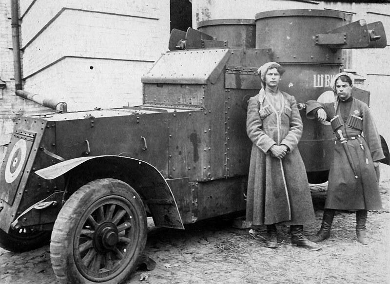 哥萨克人乘坐装甲车,乌克兰,1919年。