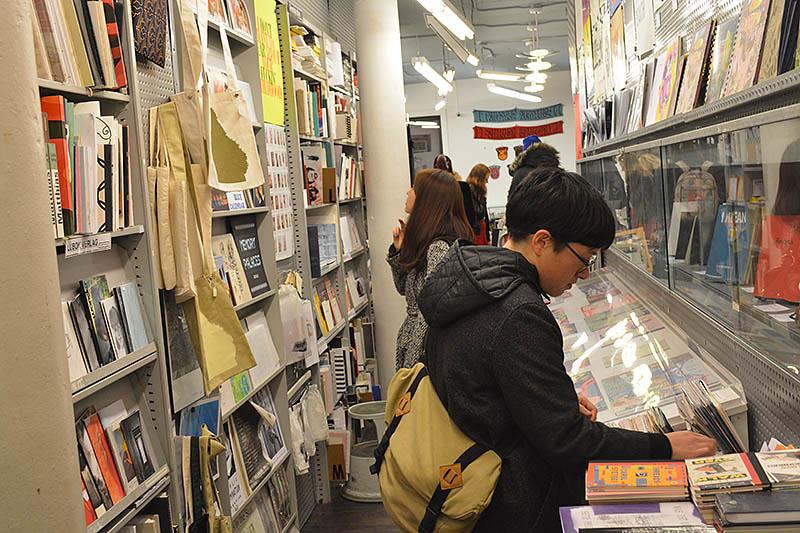 קל ללכת לאיבוד בתוך ההיצע הרחב של הספרים בחנות