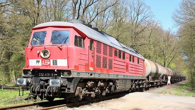 LEG 232 416 met een aantal ketelwagens.