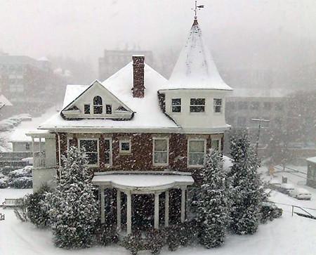 Alumni House on a snowy morning