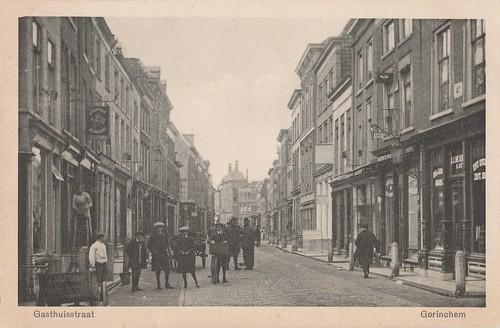 Ansichtkaart Gasthuisstraat met rechts J.J. de Kroes (Uitg. G.P.H 3-6 A.v.W)