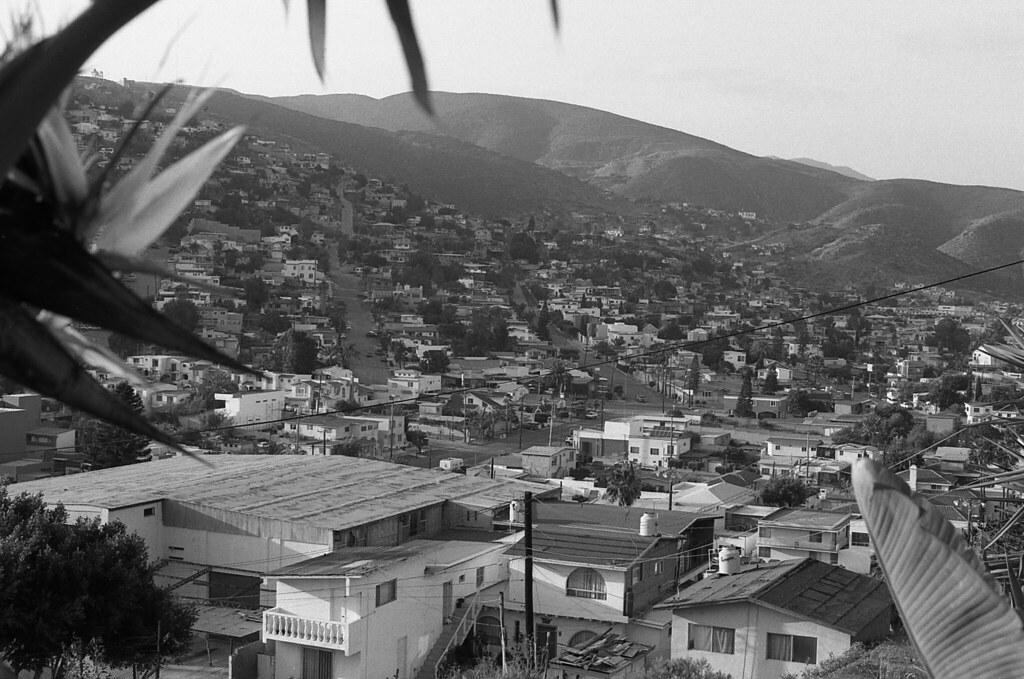 Colección Calles de Ensenada. Moctezuma, viendo hacia el libramiento (NikonFEMayo16022