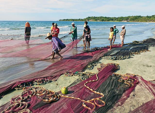 Attending the nets. Ilocos Norte.