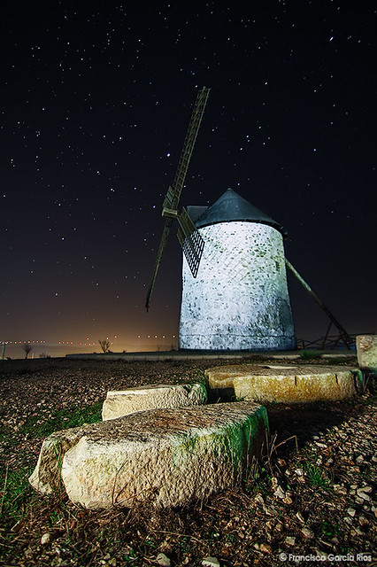 Molino de viento en la noche. / Windmill in the Night.