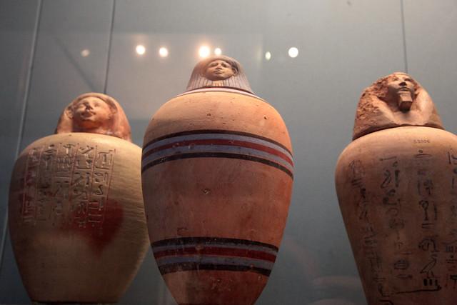 I vasi canopi, cioé i vasi funebri che contenevano gli organi estratti durante il processo di imbalsamazione, facevano parte del corredo funebre. (2)