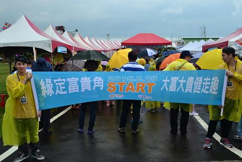 圖2.燈塔開放之日,雖遇大風雨,但民眾仍熱情參與健行活動。