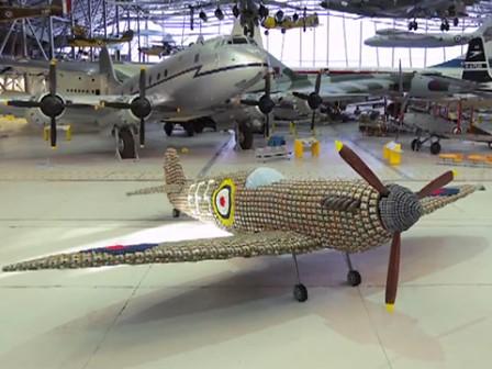 Spitfire construido con cajas de huevos
