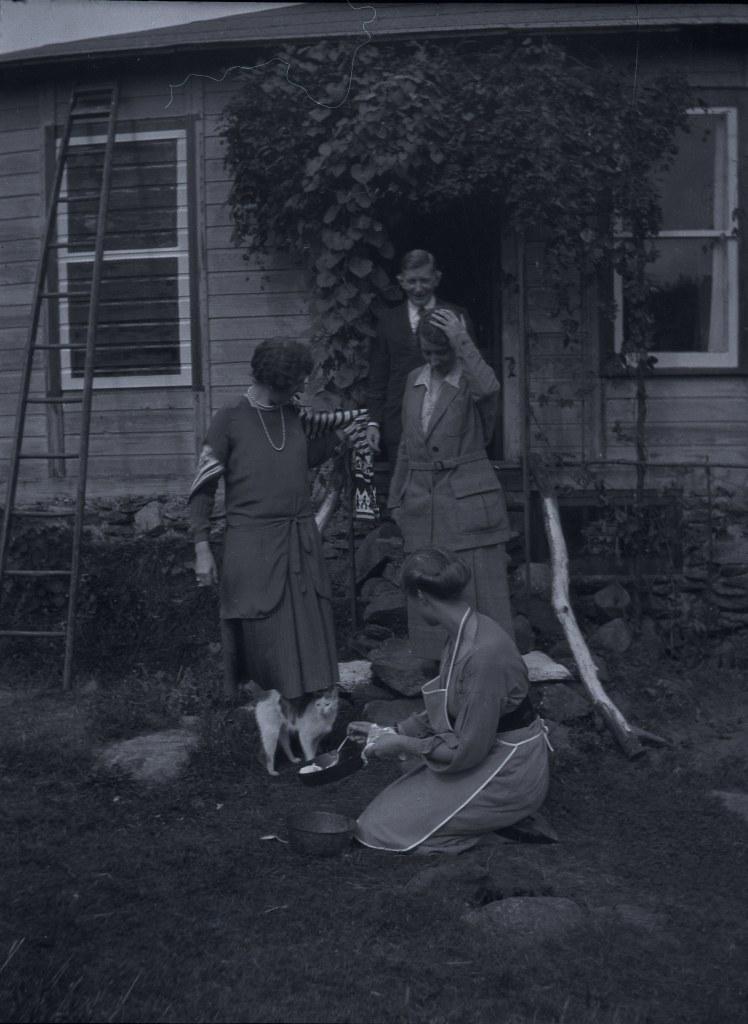 884dd462f81 ... Ilse Frank koos kaaslastega kassile pannilt kaussi süüa tõstmas / Ilse  Frank with friends serving food