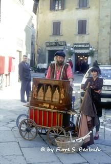 Arezzo (AR), 1992, l'organetto a schede perforate.