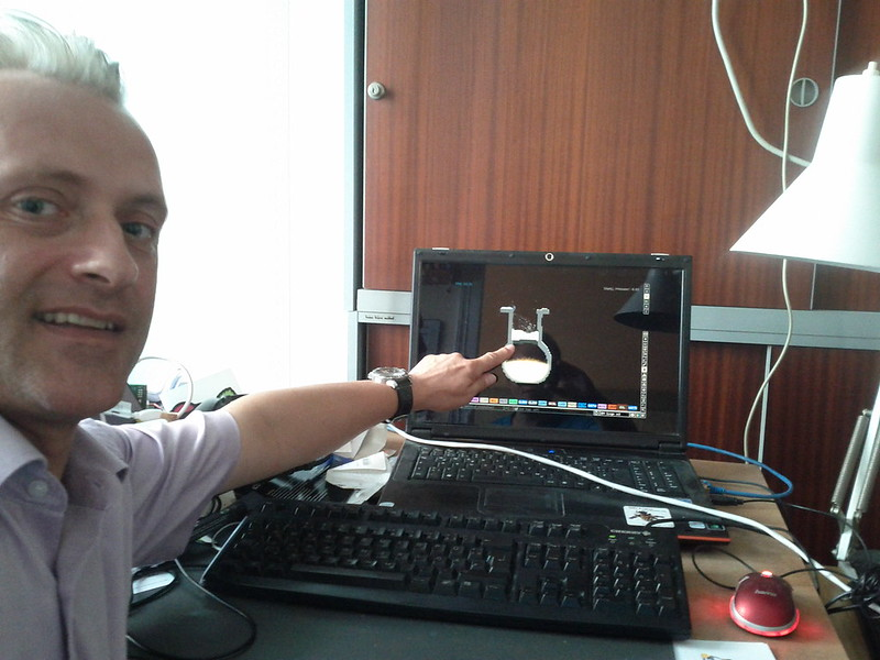 Chemiker Dr. Horst Simbürger erklärt beim spielend-programmieren Kurs einen Versuchsaufbau mit Hilfe der open-source simulation powdertoy