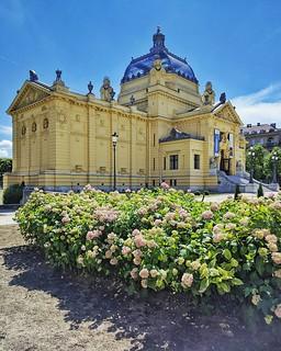 Padiglione d Arte #art #pavilion #zagreb #zagabria #hrvatska #architecture #flowers #landscape   by Gianluca Bertoncelli Photography