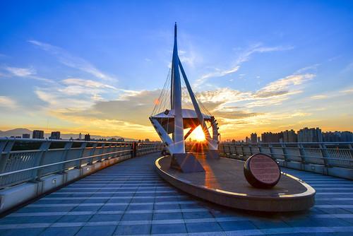 bridge sky sunlight sunrise outdoors dawn scenery taiwan 台灣 日出 zhonghe 雲彩 中和區 newtaipei 新北市 日芒 左岸橋