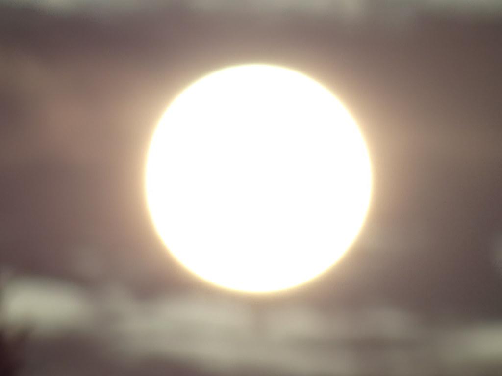 Die Sonne ist auf gar keinen Fall zu warm und spendet Lebenszeit, sondern strahlt Gluthitze aus und vernichtet das Leben durch den regelmäßigen Dijambus ist eine Betonung auf dem zentralen Teilsatz bei der Ausmalung der Dunkelheit, nur die Finsternis vor dem Sonnenaufgang kann so süße Labsal hauchen und die schützende Umgebung ist eine Steigerung zur Bitte an die Dunkelheit aus dem ersten Kleeblatt 02487