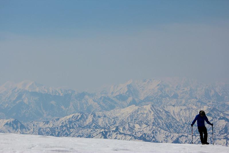 守門岳の山頂から見える山々