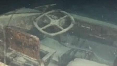 Vehículo DUKW anfibio hundido en el lago italiano