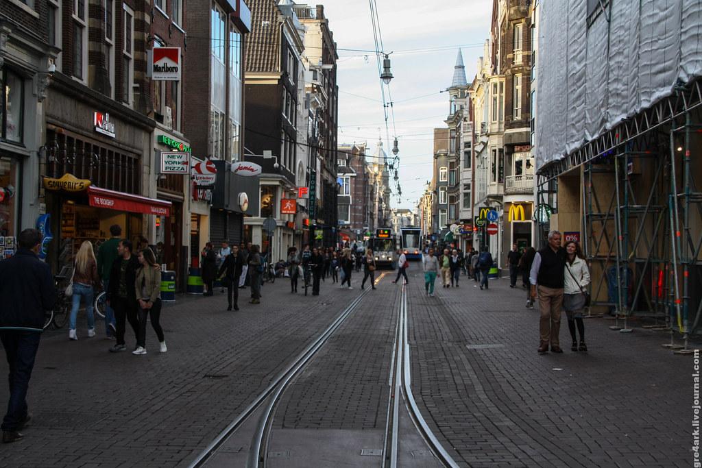 Реверсивное движение трамвая по улице в центре Амстердама
