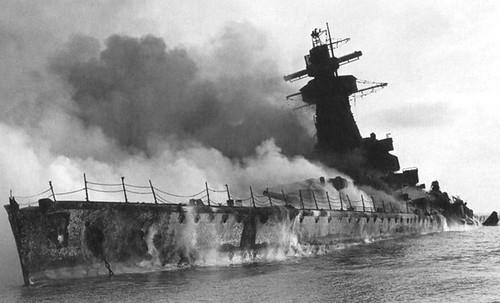 El Admiral Graf Spee momentos después de detonar las cargas
