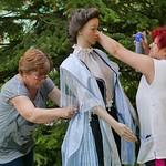 Roswitha und Sieglinde beim Anziehen und Frisieren. Die Kirchweihtracht, gespendet von der Familie Rennon zur 250. Jahrfeier, hat eine Puppe bekommen. Schuhe wurden von Elisabeth Lenhardt gespendet.