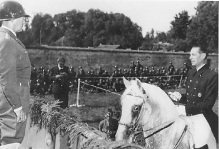 El Coronel Podhajsky saluda a Patton