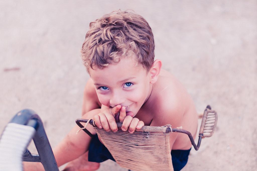 Menino brasileiro de olhos azuis