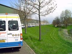 onafzienbare rij busjes (totaal ca. 75)