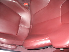 Limpiador de Cuero productos naturales. Se muestra la mitad del Respaldo con el tratamiento especial de cuero. Aston Martin