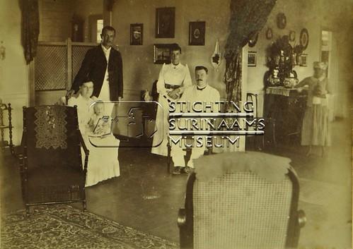 Groepsportret met echtpaar Lens   by Stichting Surinaams Museum