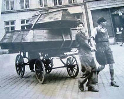 Dos chicos berlineses transportando ataudes en 1945