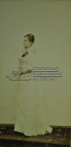 Portret van mevrouw Hendrieka Henriette Lens - de Groot   by Stichting Surinaams Museum