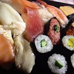 夜遅い晩ご飯としてコンビニからの寿司です