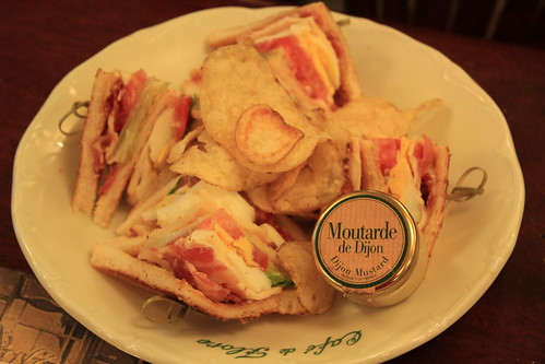 圖05花神咖啡館的餐點並不便宜,這一份總匯三明治要價約20歐元,換算成台幣將近750元。