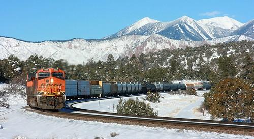 arizona snow flagstaff sanfranciscopeaks ge bnsf cruve freighttrain transcon cosnino es44c4