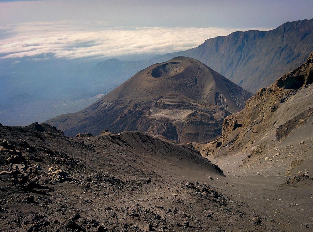 Blick auf den Vulkankrater - Abstieg vom Gipfel - 3. Tag Mount Meru Tour, 2016