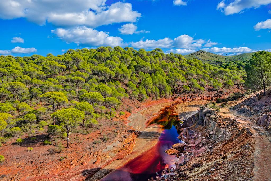 Rio Tinto river | The reddish wine-like river following the