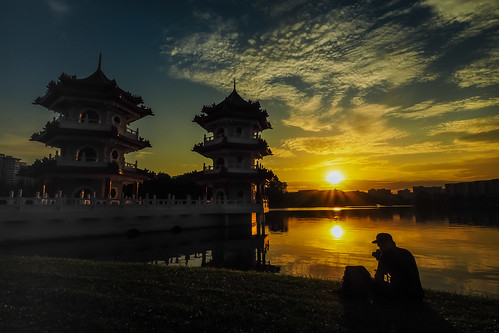 park sunset lake nature singapore silhouettes chinesegarden goldensunset lightbursts twinpagoda 裕华园 juronggarden