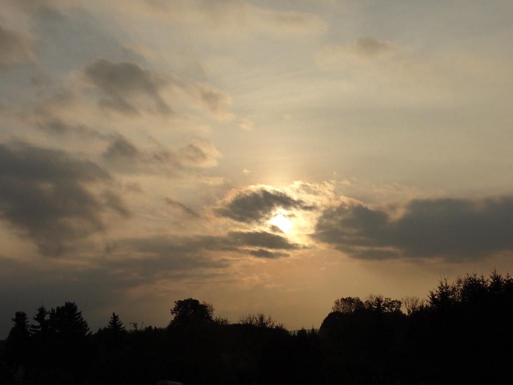 Am kürzesten währt die Dämmerung bwi Sonnenuntergang nahe dem Erdäquator zur Tagundnachtgleiche und ist dann bürgerlich 20 Minuten, nautisch 45 Minuten und astronomisch 70 Minuten nach Sonnenuntergang zu Ende. Am 50. Breitengrad dauern die drei Dämmerungsphasen rund 2 Stunden, sofern das astronomische Ende überhaupt erreicht wird, denn in den kurzen Nächten um die Sommersonnenwende geht die abendliche in die morgendliche Dämmerung über (Mitternachtsdämmerung beziehungsweise Weiße Nächte). 02614